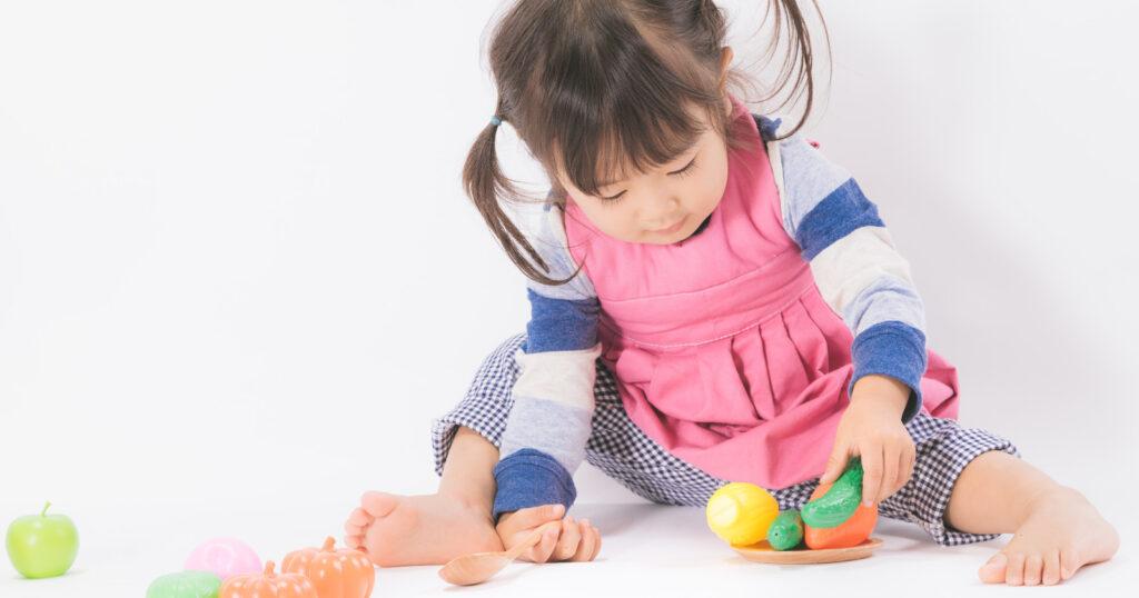 おもちゃで遊ぶ幼児