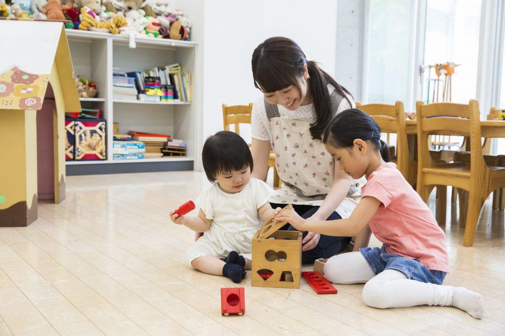 玩具で遊ぶ幼児たち
