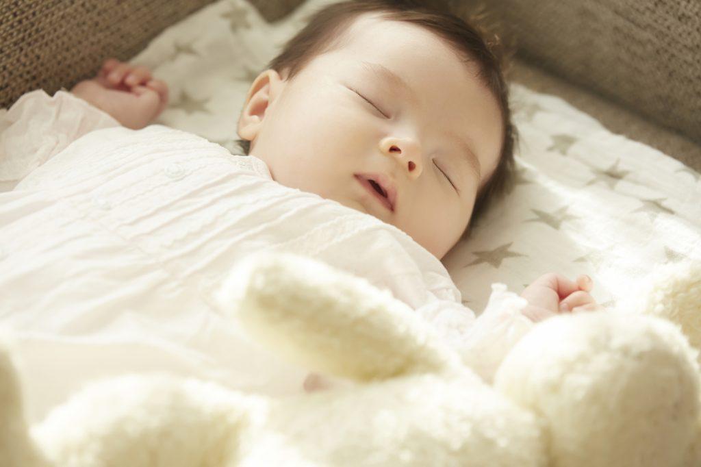 1歳の眠っている女の子