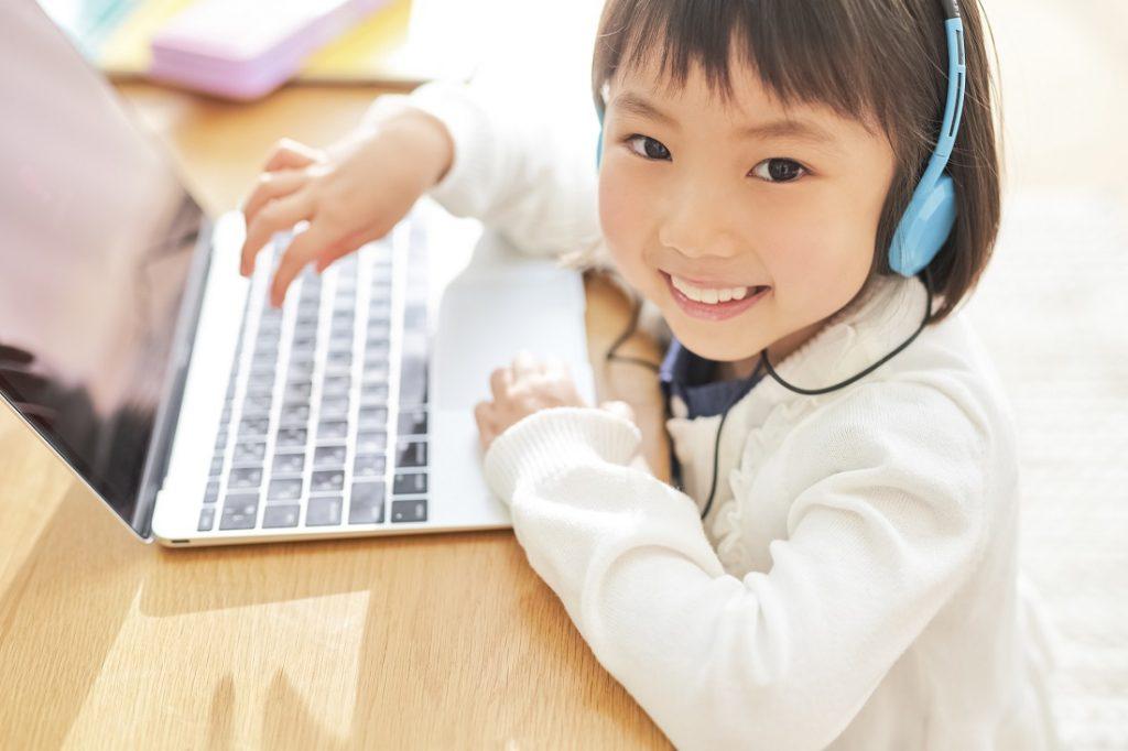 パソコンを使って学ぶ小学生
