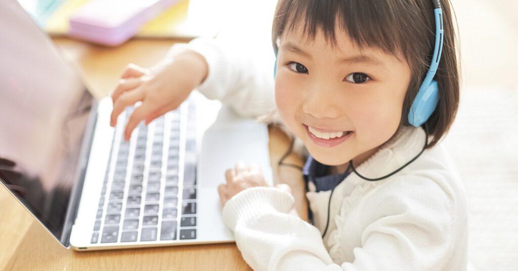 パソコンする女の子